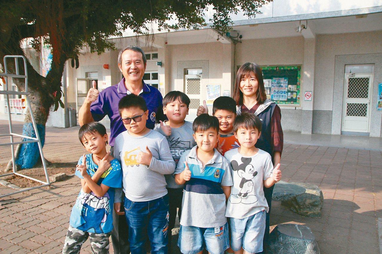 大城鄉頂庄國小低年級共6名學生一起上課後輔導。 記者林敬家/攝影