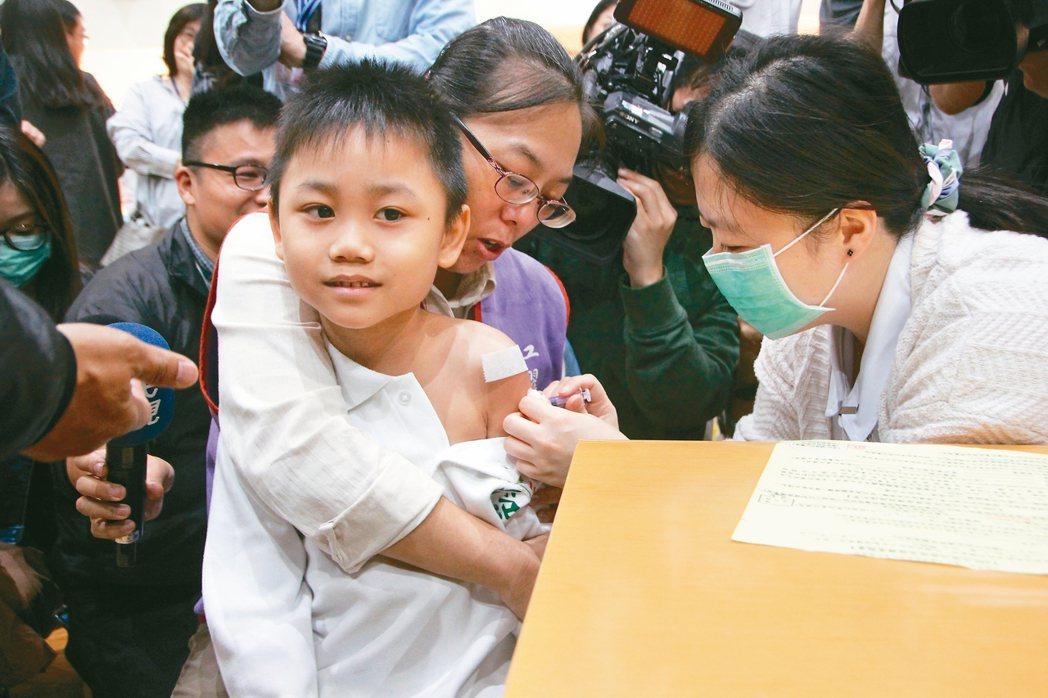 今年公費流感疫苗首度升級為四價,全國第一批已開打。 本報資料照片