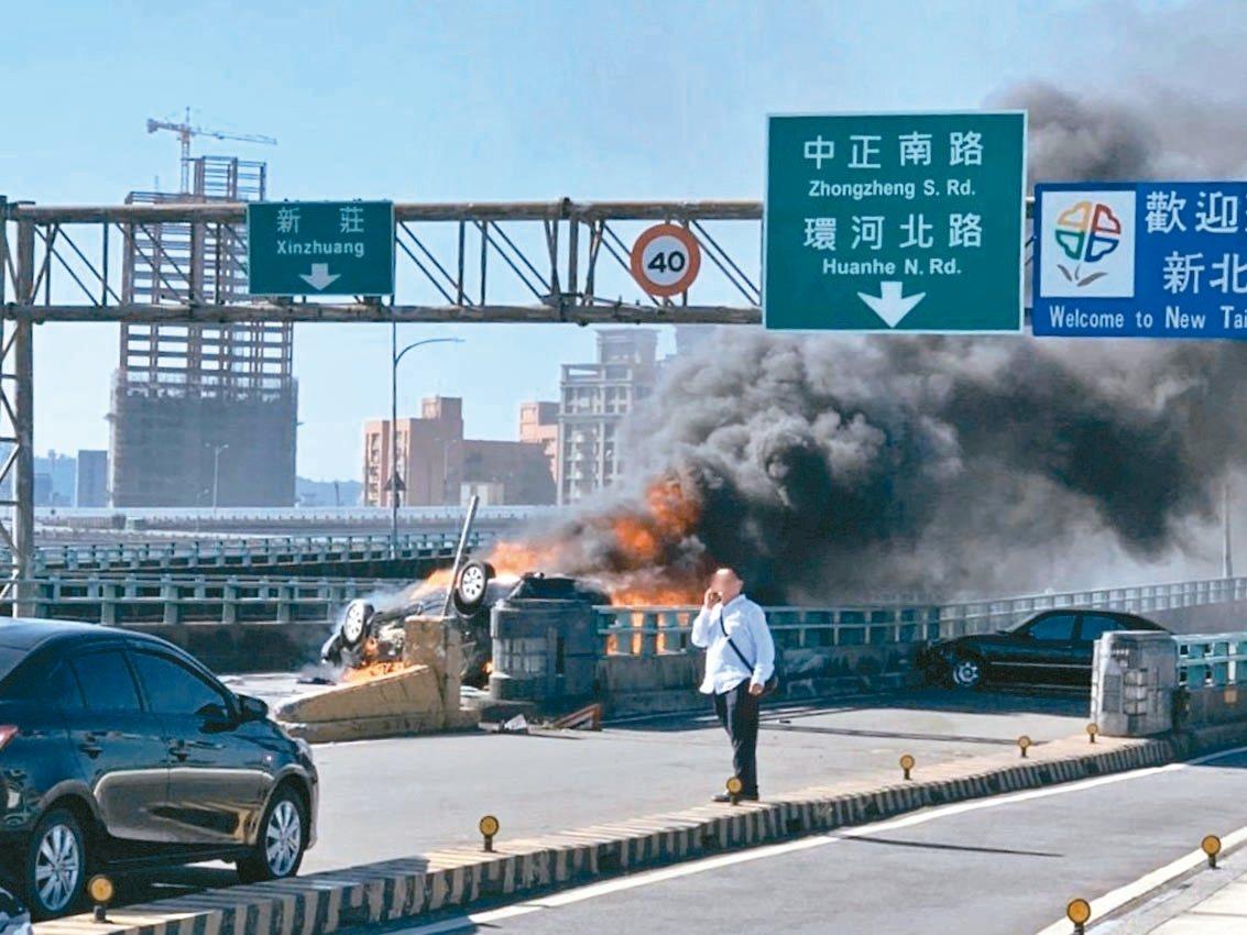 陳姓女子被拋出車外又遭翻覆車輛壓住,遭大火燒成焦屍,整輛車也面目全非。 記者巫鴻...