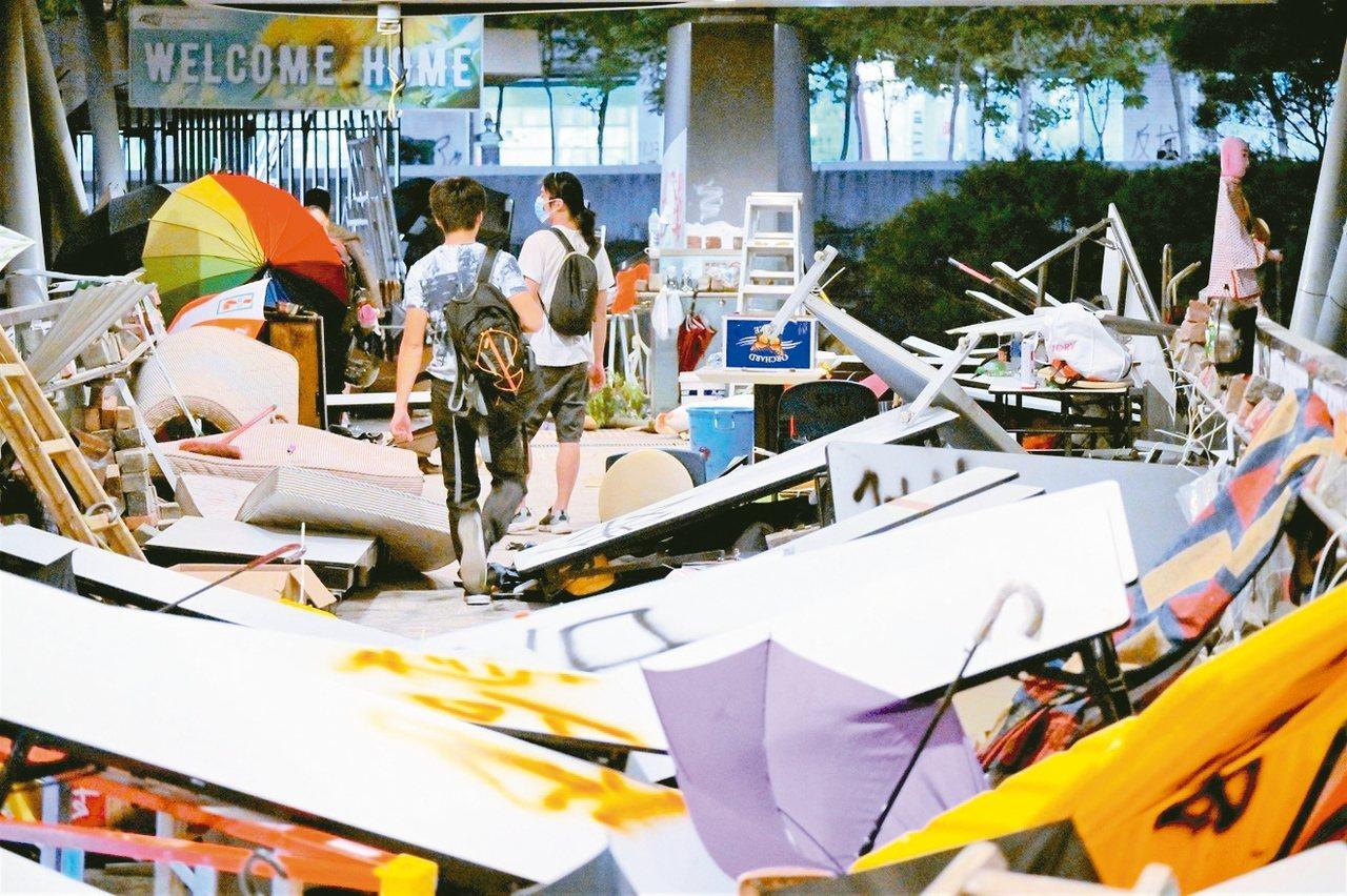 香港城市大學被校外激進示威者攻占後,被扔擲大量雜物,出入道路被阻。 (星島網)