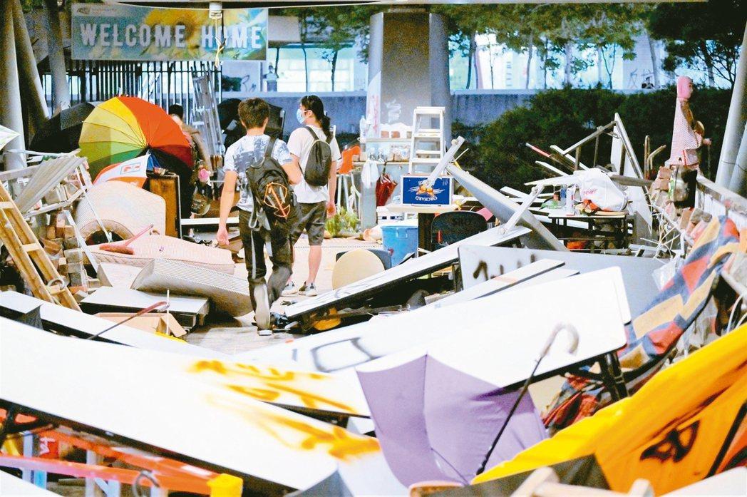 香港城市大學被校外激進示威者攻占後,被扔擲大量雜物,出入道路被阻。 星島網