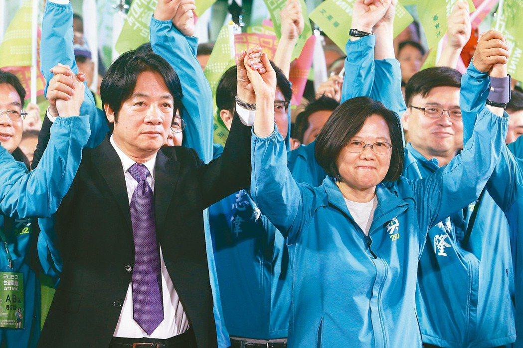 民進黨總統參選人蔡英文(右)今將宣布行政院前院長賴清德(左)為副手人選,兩人昨在...