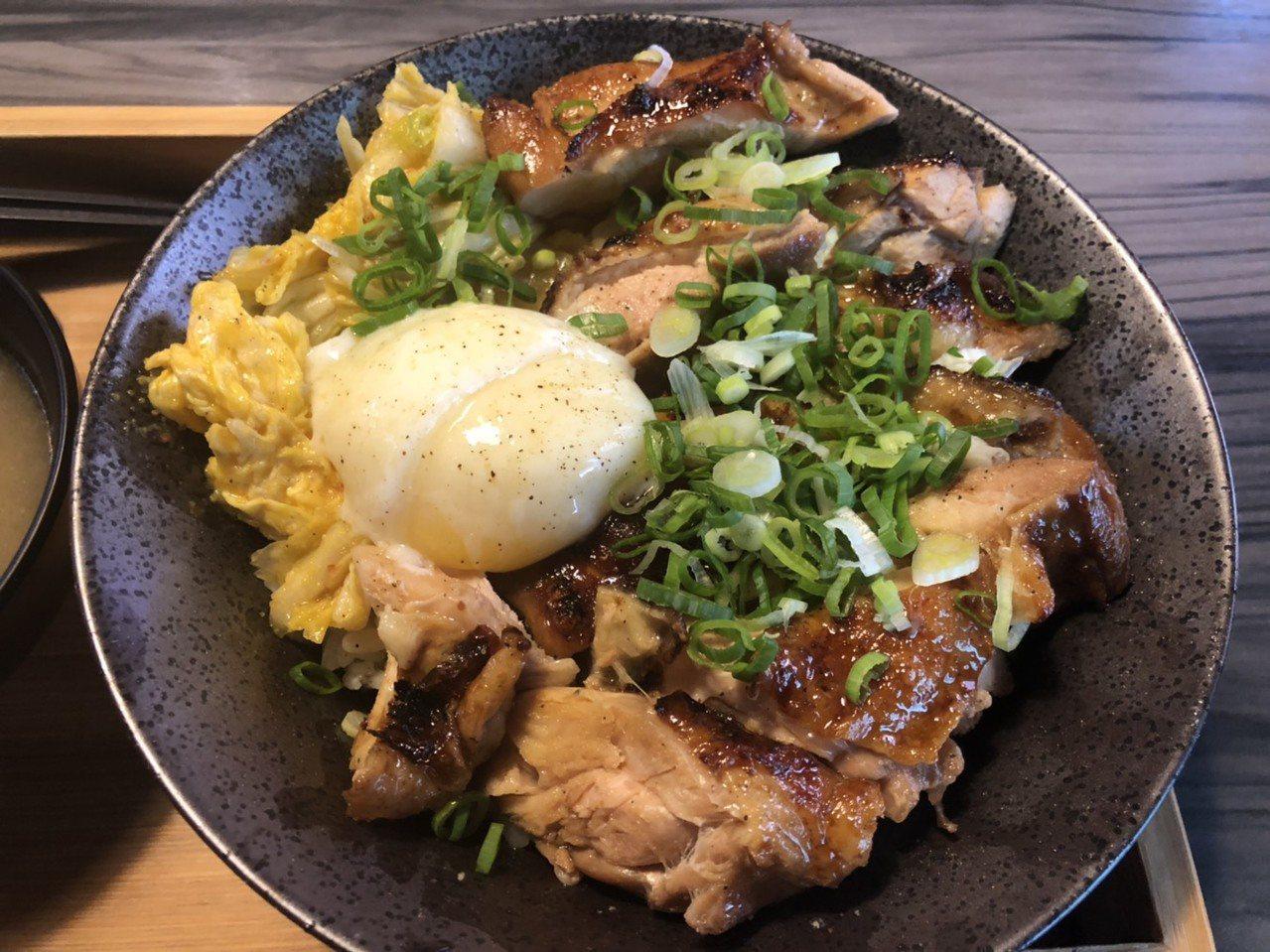 雞腿丼則經過低溫烹調,口感軟嫩多汁,在搭配黃金泡菜、溫泉蛋與獨門醬汁,完美的結合...