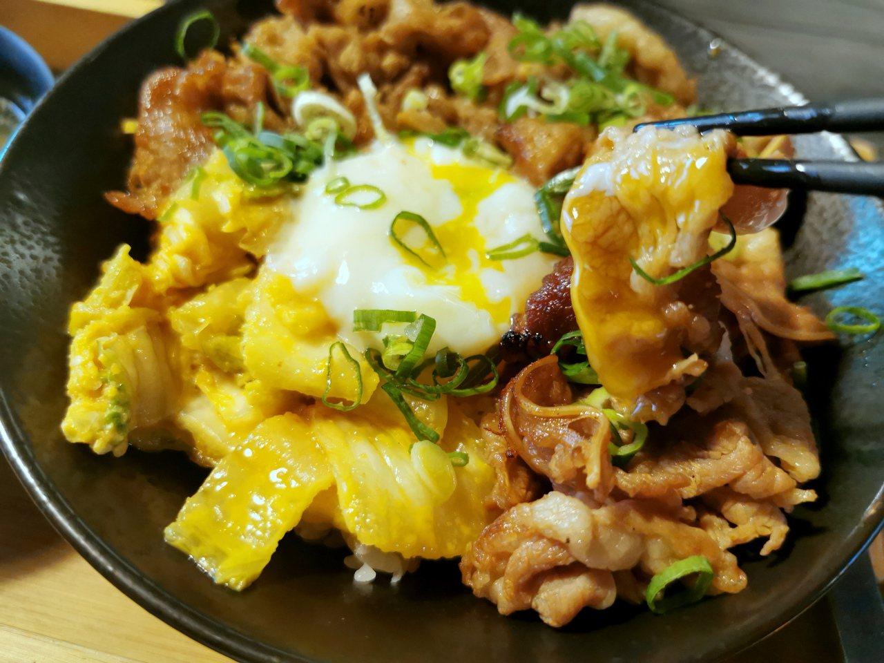 牛丼選用美國高檔牛肉,搭配黃金泡菜、溫泉蛋與獨門醬汁;趁熱將溫泉蛋弄破,讓半熟的...