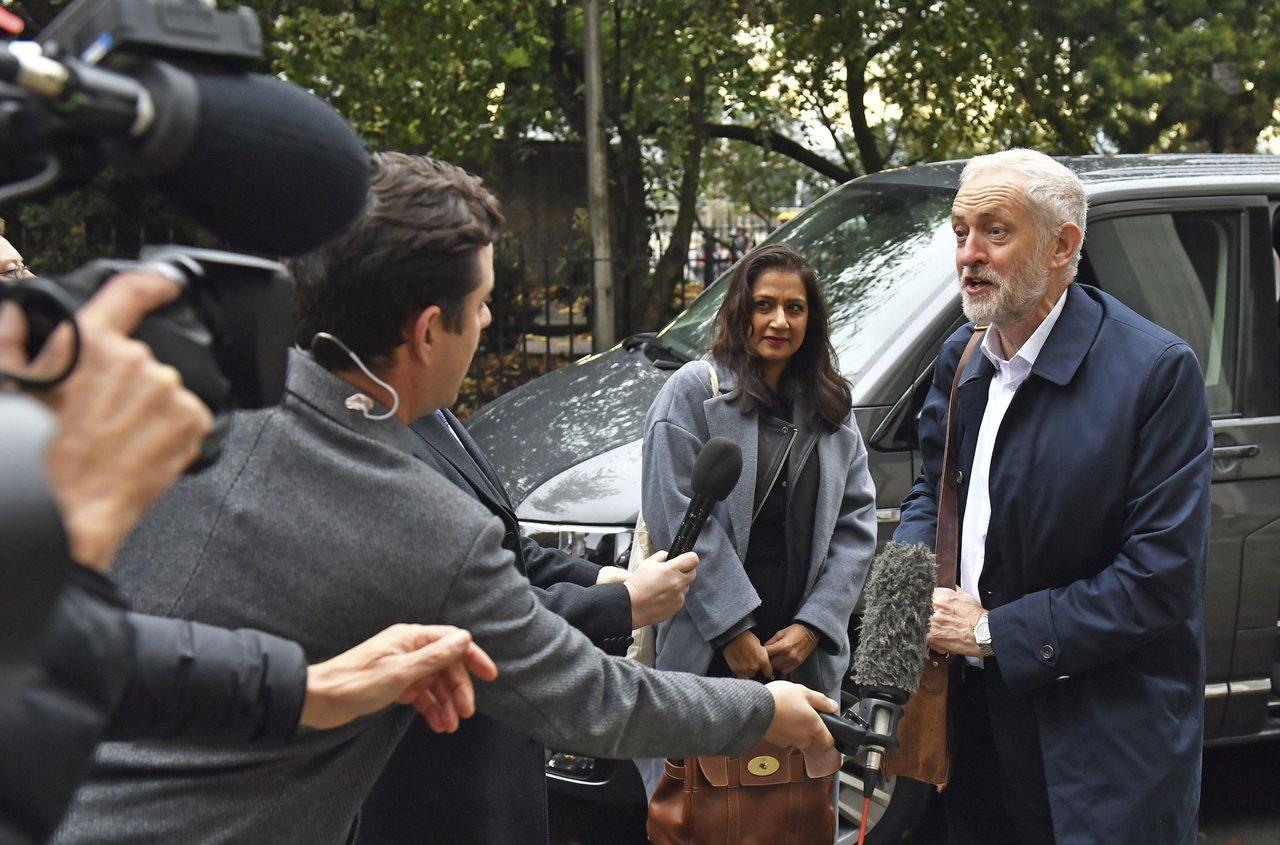 英國主要的反對黨工黨領袖科賓(右)出席主要黨派會議,工黨承諾如果贏得選舉,將在2...