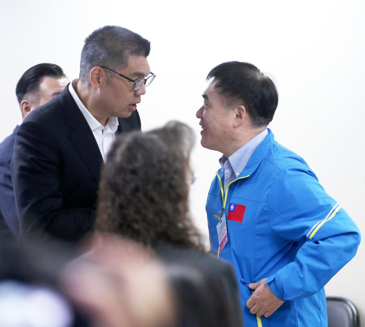 國民黨中央委員連勝文(左)與副主席郝龍斌(右),昨天都對吳敦義列入不分區名單提出...