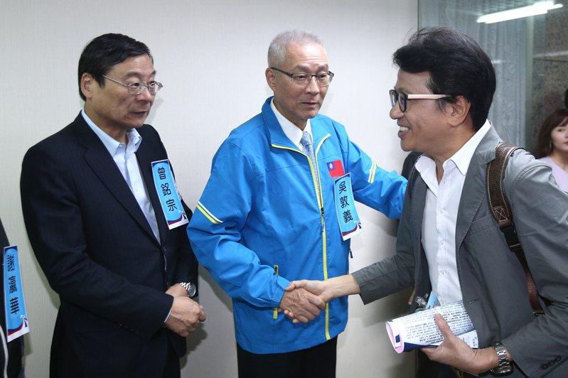 國民黨黨主席吳敦義(中)昨與立委曾銘宗(左)出席中央委員會議,一一向委員致意。 記者蘇健忠/攝影