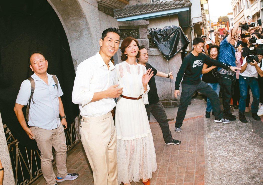 林志玲(右)周日將在台南美術館舉辦婚宴。昨日她與AKIRA出面和媒體打招呼。 圖...