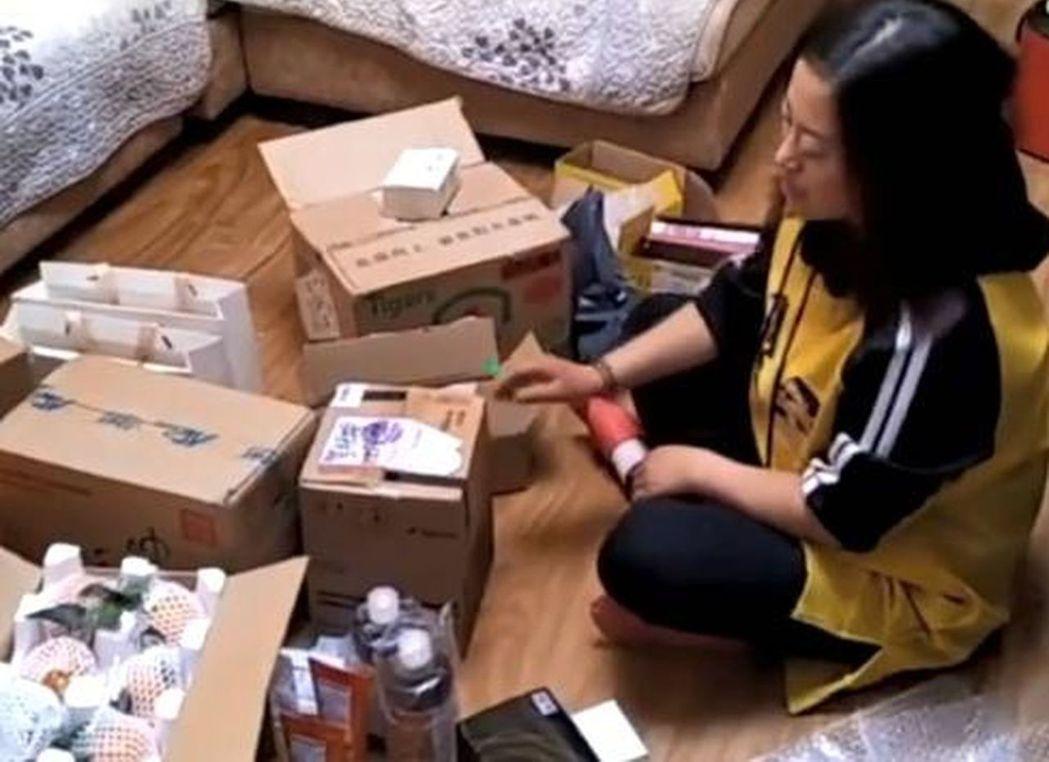 甘肅省隴西「80後」辣媽「雙11」瘋狂購物,一天收24個快遞包。(截自梨視頻)