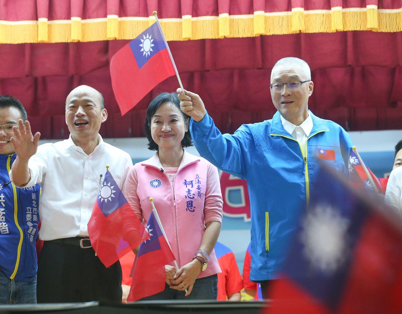 國民黨總統參選人韓國瑜(左二)與國民黨黨主席吳敦義(右一)一同出席婦女後援會成立...