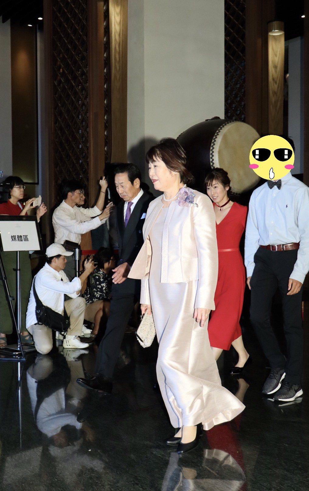 Akira的父母親(前排)、大姊以及大姊的兒子(後排)共同出席Akira與林志玲