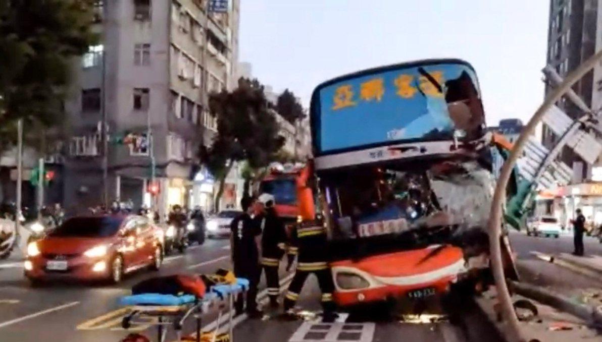 台北市17日下午發生一輛客運擦撞分隔島交通事故,男駕駛疑遭夾傷骨折,警消獲報到場...