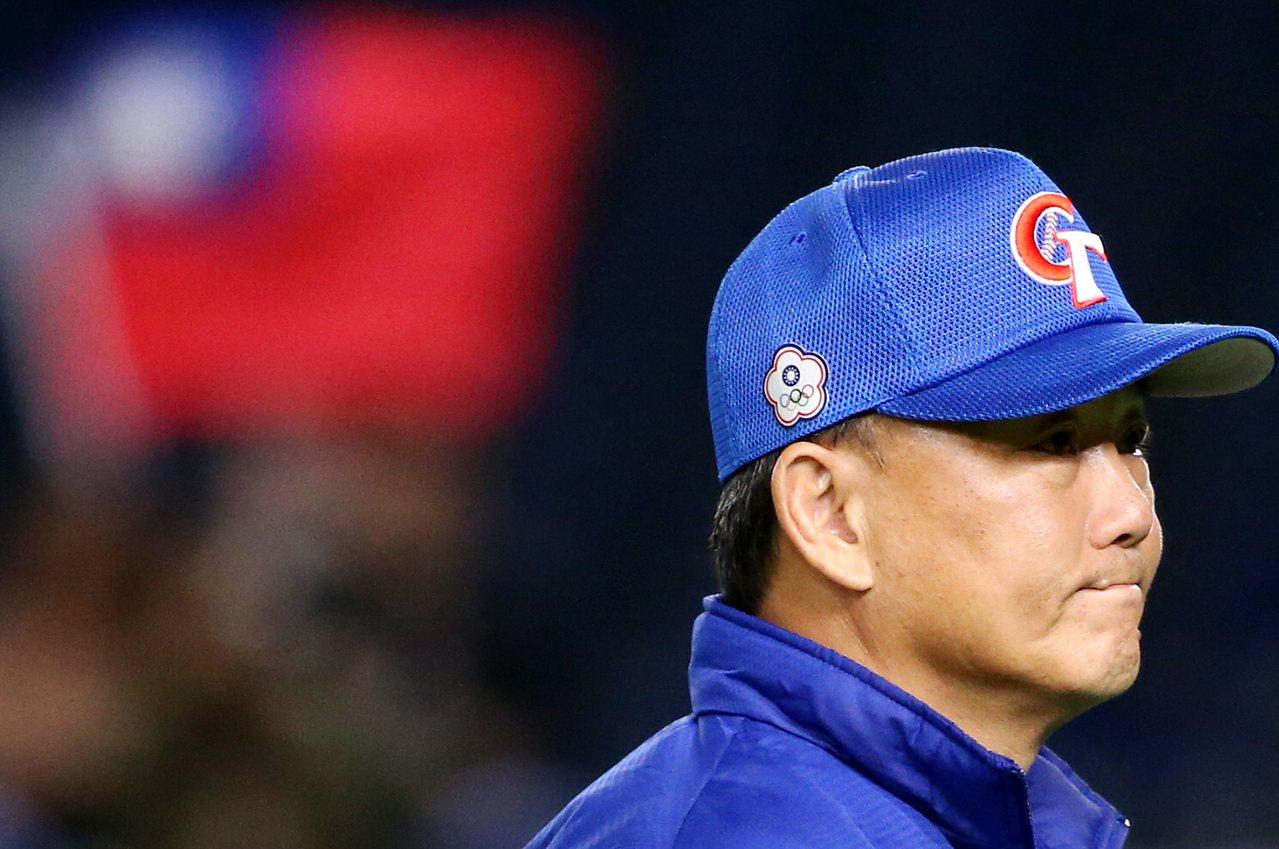 遭美國隊逆轉敗陣,中華隊總教練洪一中賽後面露惋惜,球迷仍揮舞國旗加油。 聯合報特...