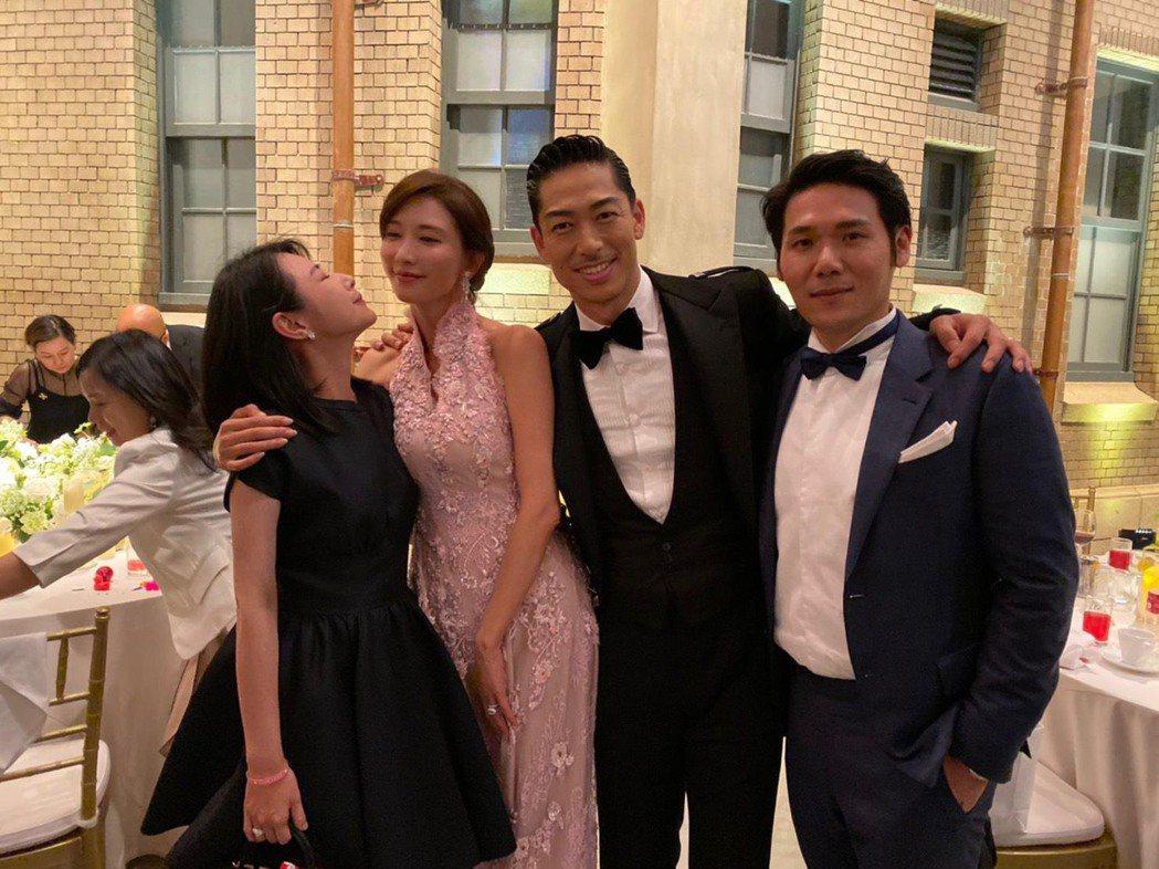 陳怡蓉和老公薛博仁(右)和林志玲夫婦(左二)在婚宴上合照。圖/薛博仁提供