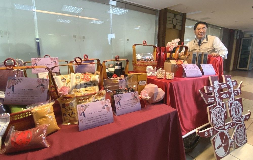 台南市政府把握另類「嫁妝一牛車」熱潮 ,由市長黃偉哲趁機行銷台南農產品。圖/台南...