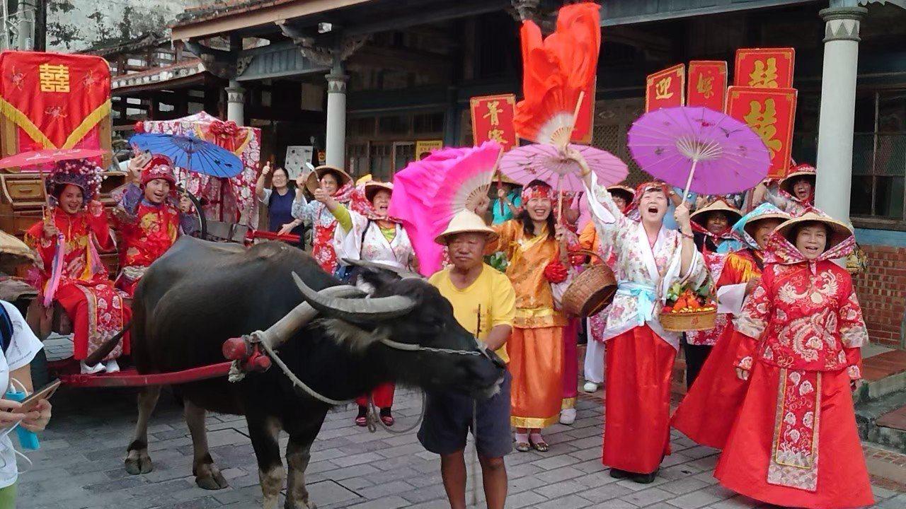 台南後壁菁寮老街保有傳統嫁妝產業,菁寮社區推出非典型農村旅行,讓遊客體驗新郎新娘...