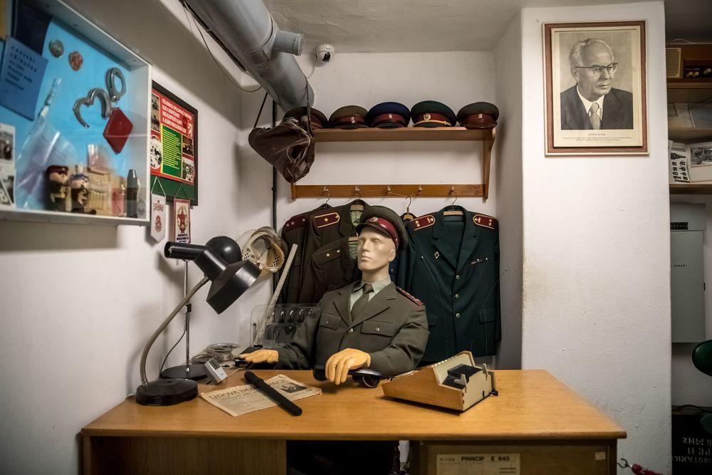 捷克斯洛伐克在共產統治期間有1萬5000名祕密警察,加上10萬線民,足以監控異議...