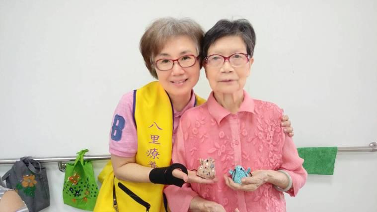 楊菁萍從「家屬」變成志工,更能同理失智的母親,心中滿滿感謝。 圖/楊菁萍提供