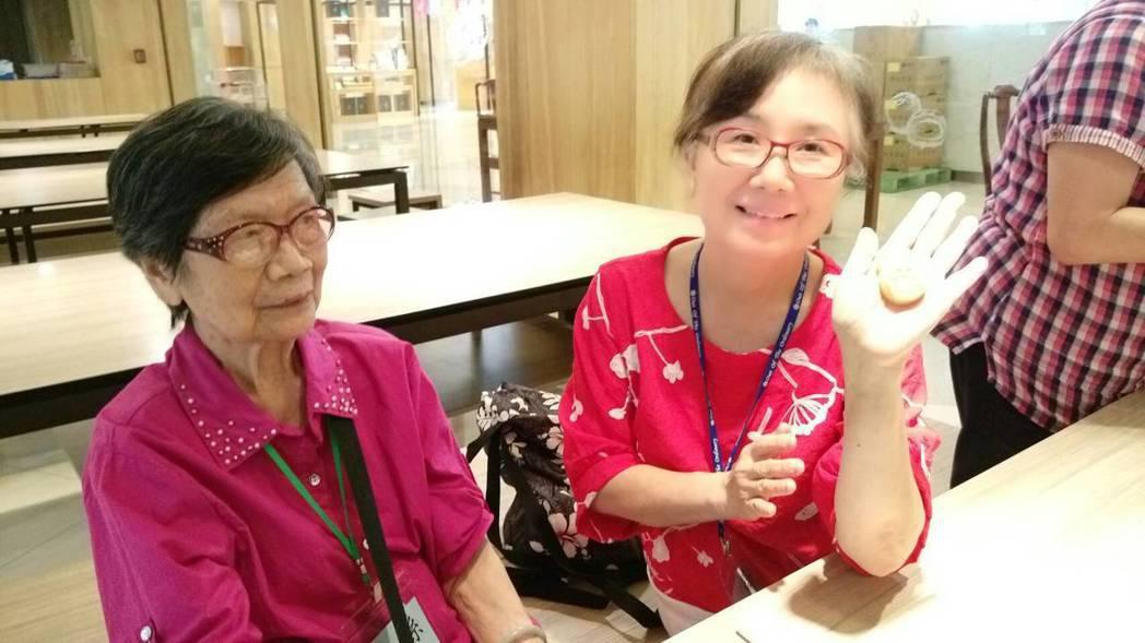 楊菁萍除了投入失智據點志工的行列,為了學習更多照護技巧,她也報名了照護服務員的訓...
