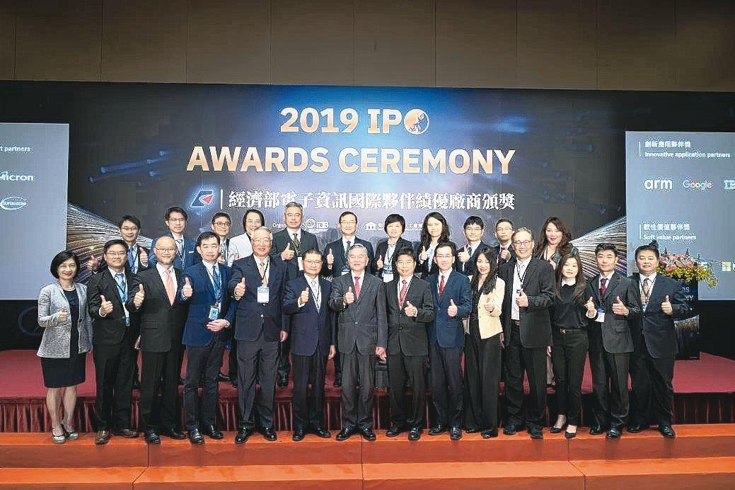 經濟部部長沈榮津(前排右八)與得獎廠商代表合影。 經濟部/提供