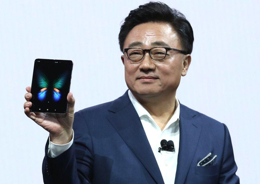 三星執行長高東真(DJ Koh)手拿旗下首款螢幕可折疊手機Samsung Gal...