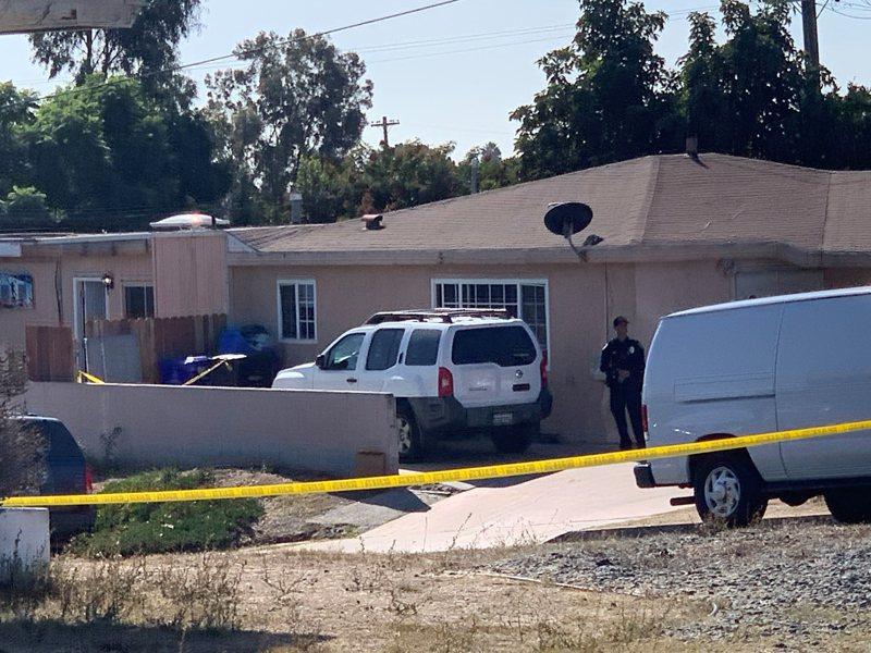 加州聖地牙哥發生人倫慘案,一名男子疑因離婚分產糾紛開槍打死太太與三名幼兒後自盡。圖為警方把凶宅封鎖進行調查。美聯社