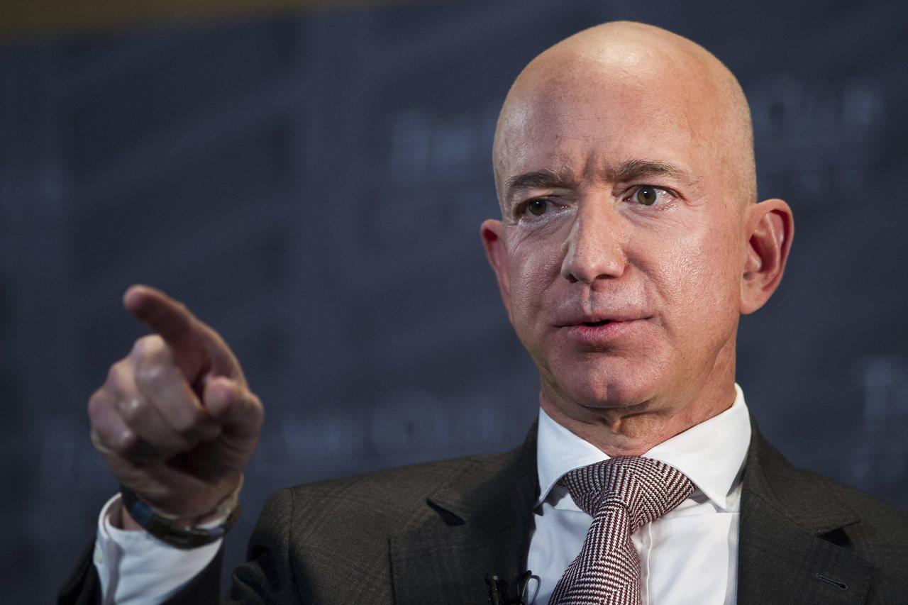 微軟共同創辦人比爾蓋茲擠下亞馬遜執行長貝佐斯(圖),重新成為世界首富。美聯社