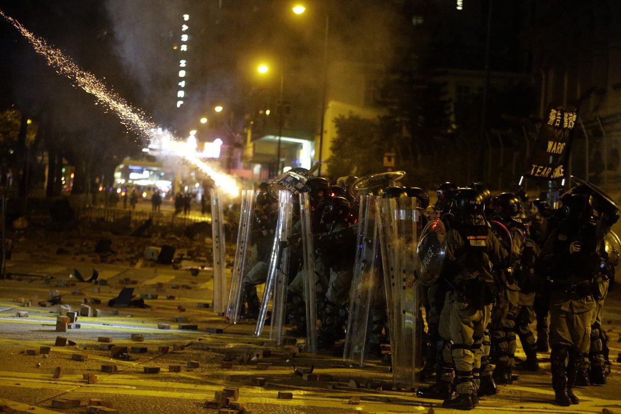 連日盤踞理工大學的黑衣人,至昨日仍有逾100人留守。防暴警察昨晚從漆咸道南開始往...