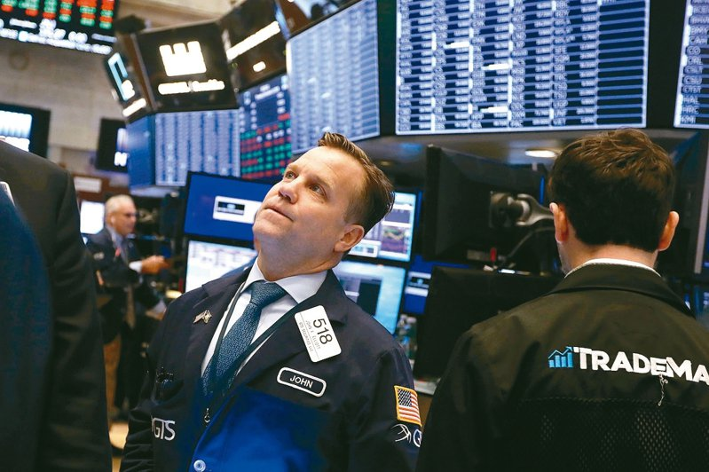 白宮首席經濟顧問柯德洛指美中即將達成貿易協議,帶動美股上周五創歷史新高,道瓊指數且突破28,000點。 美聯社