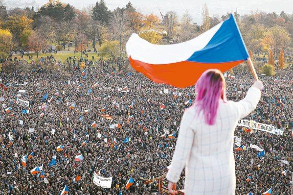 約20萬捷克民眾16日湧入首都布拉格紀念「絲絨革命」30周年,並要求涉貪的總理巴...