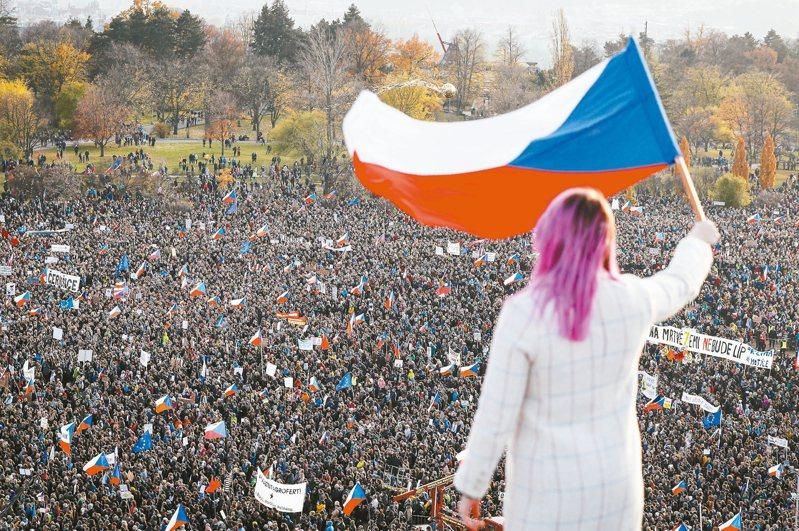 約20萬捷克民眾16日湧入首都布拉格紀念「絲絨革命」30周年,並要求涉貪的總理巴比斯下台。 美聯社