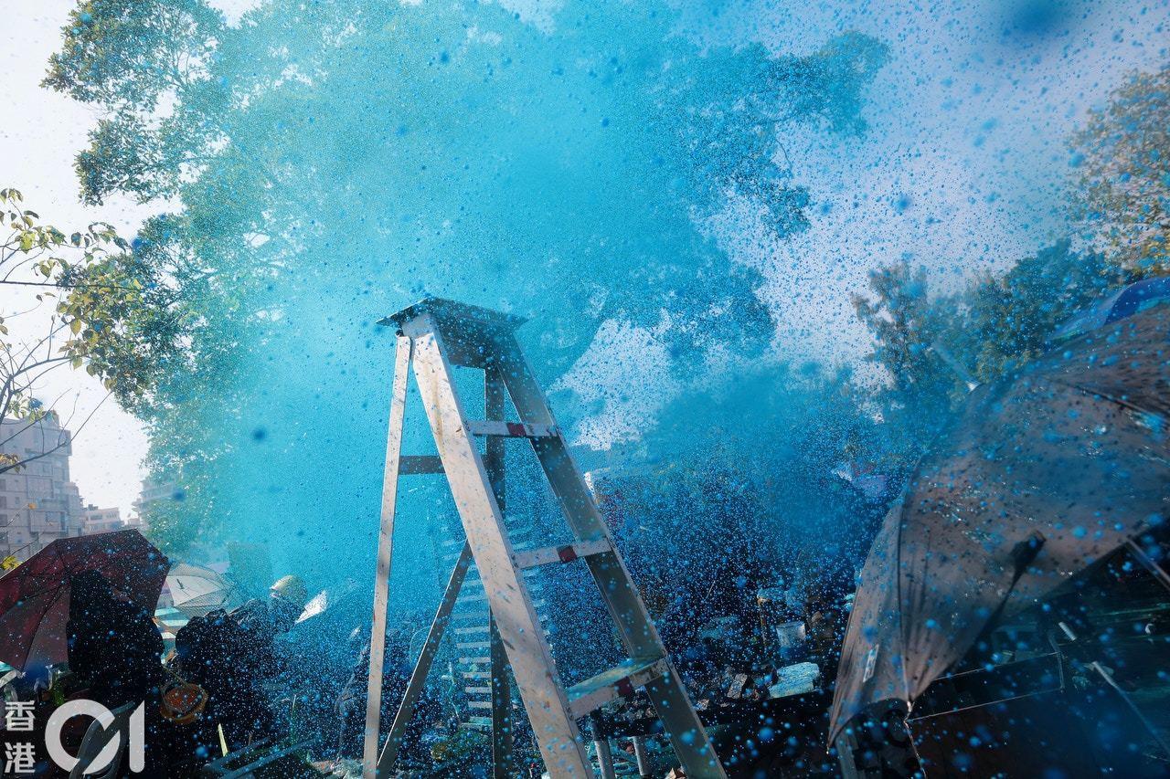 水炮車向理大平台上的示威者射水。 香港01記者歐嘉樂/攝影