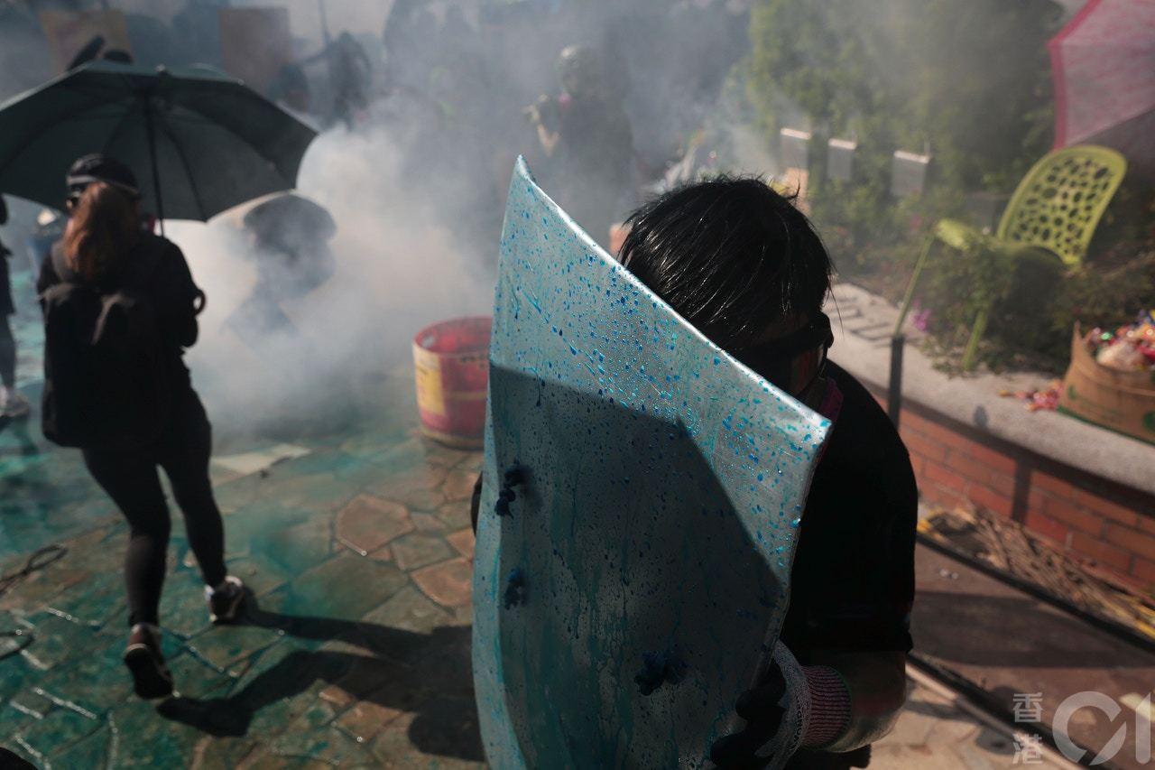 示威者用自製盾牌抵擋水炮。 香港01記者歐嘉樂/攝影
