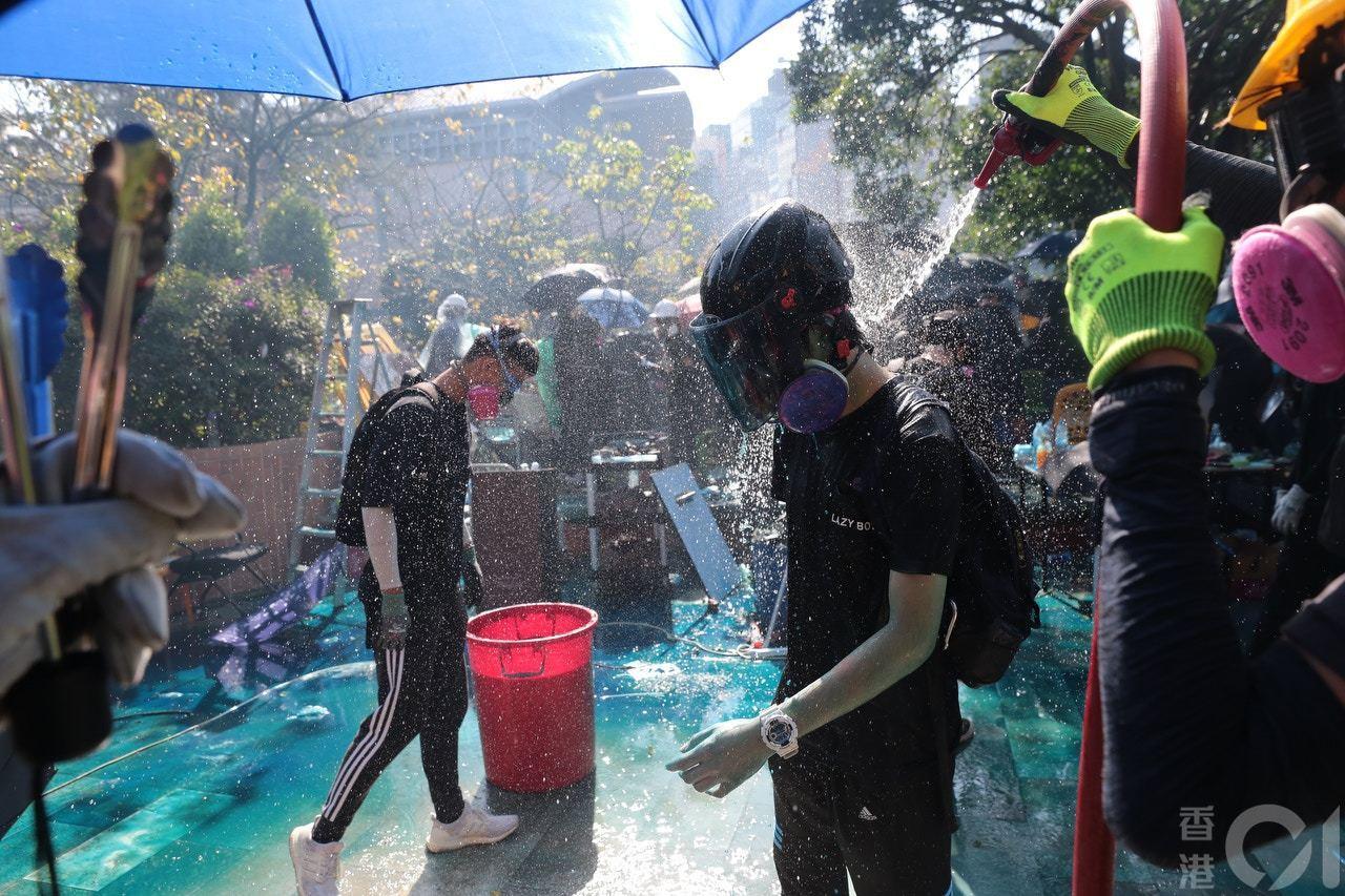 示威者用消防喉沖走身上催淚水劑。 香港01記者歐嘉樂/攝影