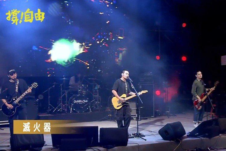「撐香港要自由」演唱會在自由廣場開唱,現場聚集大批黑衣群眾,滅火器樂團主唱楊大正表示很開心看到這麼多人站出來,喊道「獻給台灣,獻給香港,獻給所有勇敢的靈魂」。「撐香港要自由」演唱會今天傍晚在台北自由...
