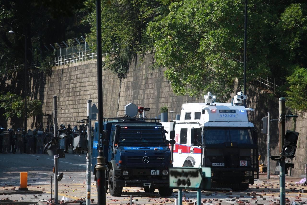 銳武裝甲車上的六角形物體為「長距離揚聲裝置」,17日發射「聲波炮」,警方指是向暴...