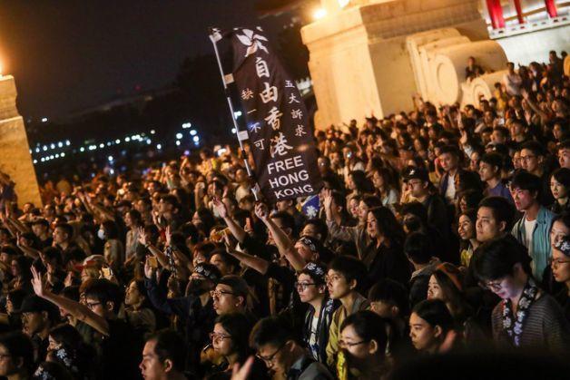 「撐香港要自由」演唱會17日晚在台北自由廣場前舉行,現場氣氛熱烈。 中央社