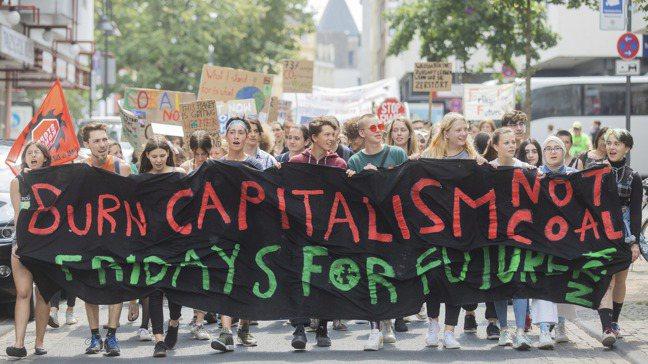 參與「未來星期五」氣候活動抗爭的德國學生2019年7月走上街頭,布條上寫著「焚燒...