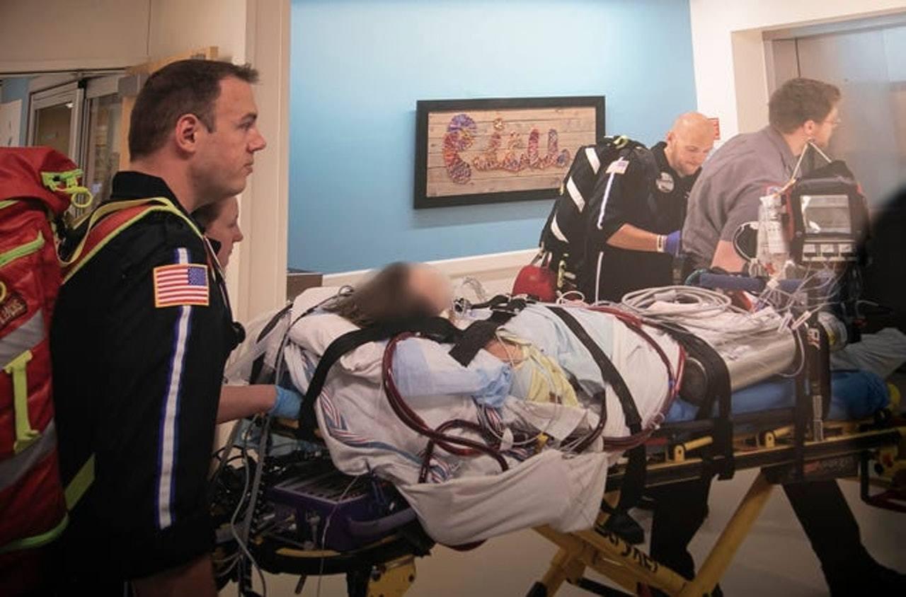 肺部嚴重受損、喪失自行呼吸功能的17歲男病人由密西根州兒童醫院轉至Henry F...