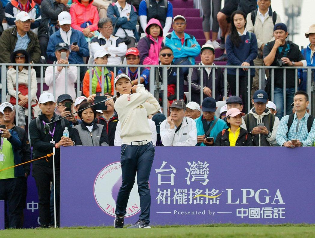 儘管天候不佳,2019台灣裙襬搖搖LPGA仍吸引許多球迷前往加油。  裙襬搖搖/...