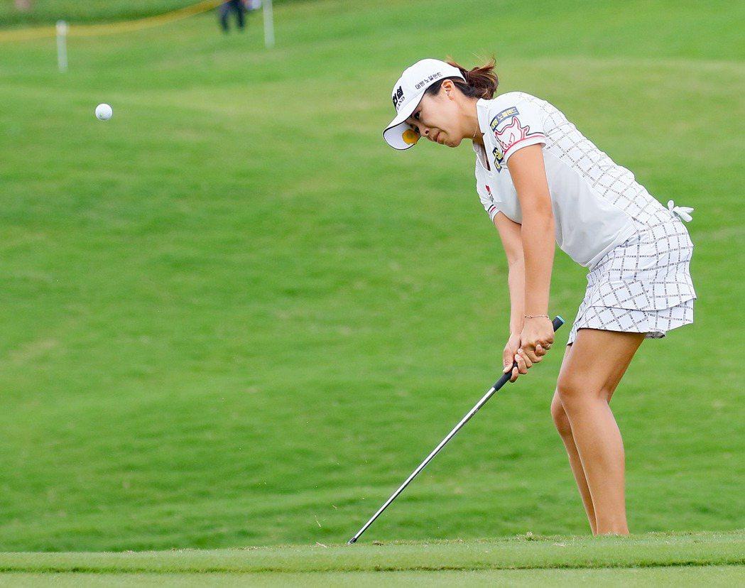 韓國選手許美貞(Mi Jung Hur)連續兩天擊出66桿,目前以一桿領先群雌。...