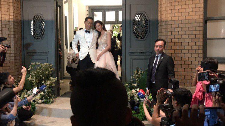 林志玲和AKIRA甜蜜挽著手走出一樓正門,緩緩走出場,對於數千民眾的高呼、尖叫,...