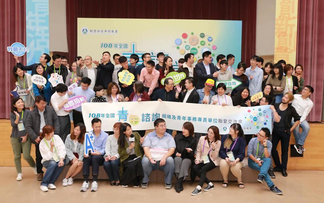 青年署署長羅清水與全國12個青年諮詢組織代表於青諮會議合影。 青年署/提供