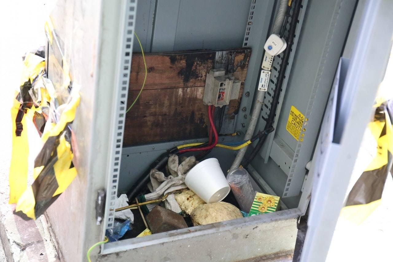 電箱變垃圾桶,被投入紙包飲品盒等垃圾。 香港01鄧詠中/攝影