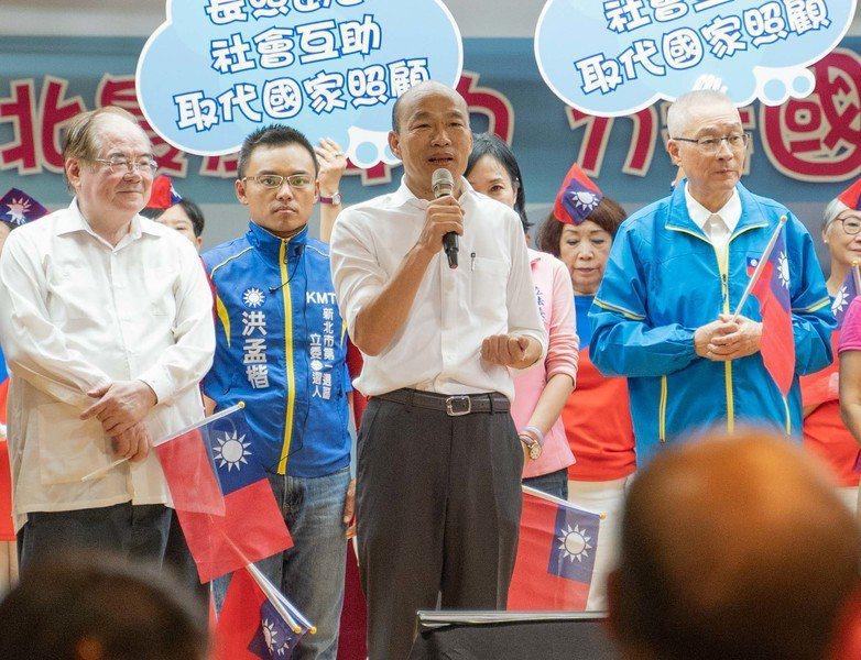 國民黨總統參選人韓國瑜(右2)說:「台灣有90%媒體指監督在野黨,不敢監督執政黨,這是媒體墮落。」(photo by張元融/台灣醒報)