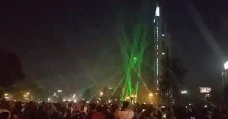 智利示威者用雷射筆對付無人機,成功讓無人機失控並墜落地面。截自YouTube