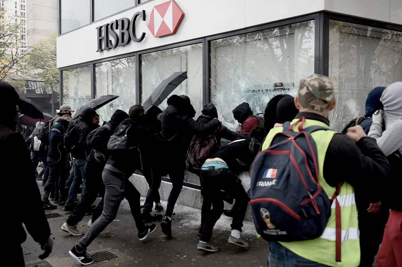 法國的反政府示威「黃背心」運動支持香港示威,16日破壞香港匯豐銀行巴黎分行。法新...