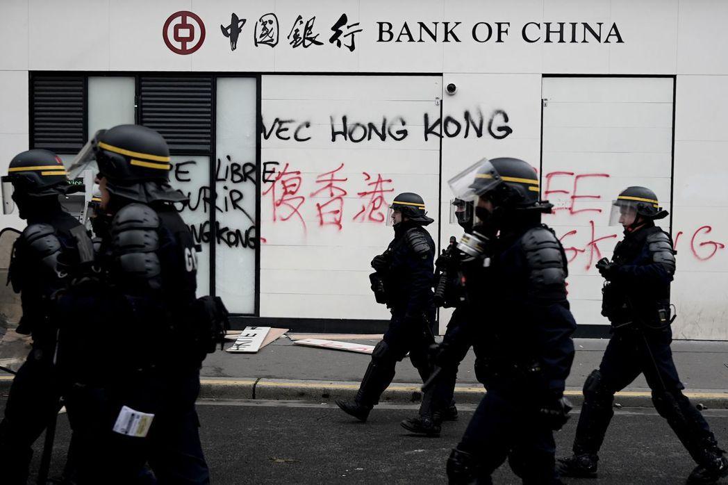 法國的反政府示威「黃背心」運動即將屆滿一周年,示威者16日再度上街。巴黎的中國銀...