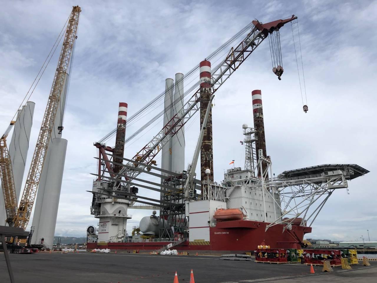 海上英雄號(SEAJACKS ZARATAN)自生式平台船於台中港進行風機塔柱裝...
