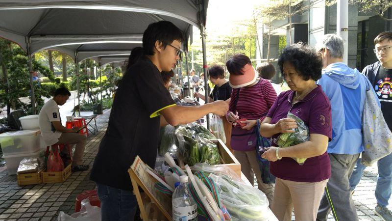 台中市「尚青農夫市集」進入社區設攤賣,昨天首場熱烈,還有二場將舉辦。圖/台中市農業局提供
